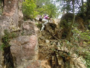 岩場は慎重に進みましょう